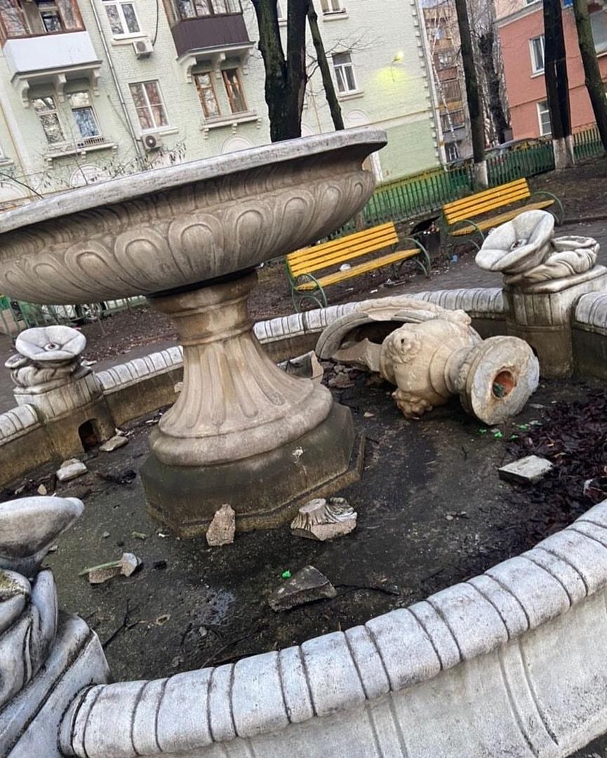 Razrushennyj-fontan-na-ulice-Kirova1.jpg