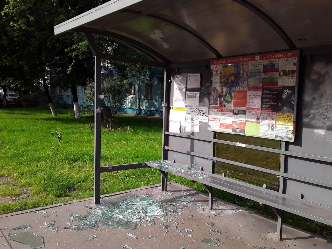 Vandaly-razbili-styokla-avtobusnoj-ostanovki-hlebozavode.jpg