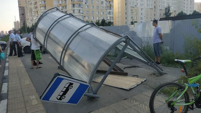 Voditel'-vrezalsya-v-avtobusnuyu-ostanovku1.jpg