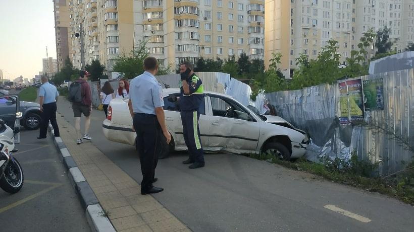 Voditel'-vrezalsya-v-avtobusnuyu-ostanovku4.jpg